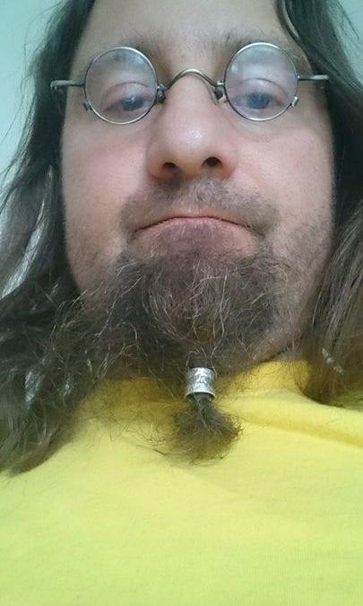 Auf mehrfachen Wunsch habe ich ein ungeschminktes Tragebild von einer meiner Bartperlen. Diese ist aus meiner Platinsilberlegierung mit einem Palladiumstreifen.