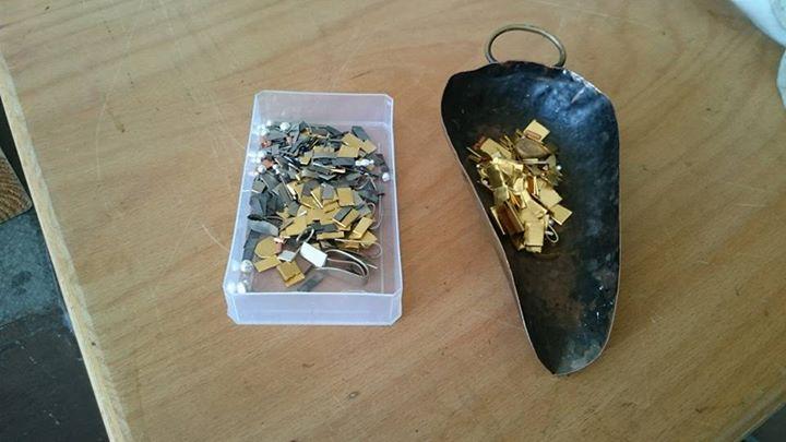 Soeben habe ich eine Gelbgoldlegierung und eine Palladiumweißgoldlegierung für neue Mokume Gane Ringe geschmolzen.