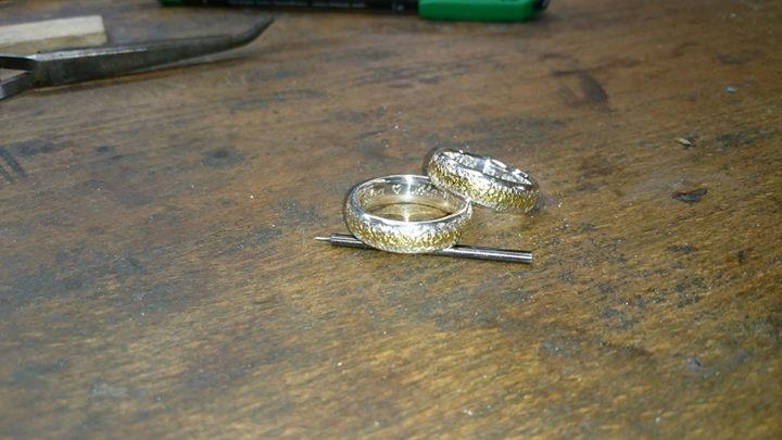 In diesem Ringpaar, habe ich gestern Waschgold, welches mein Kunde selber gewaschen hat eingearbeitet.