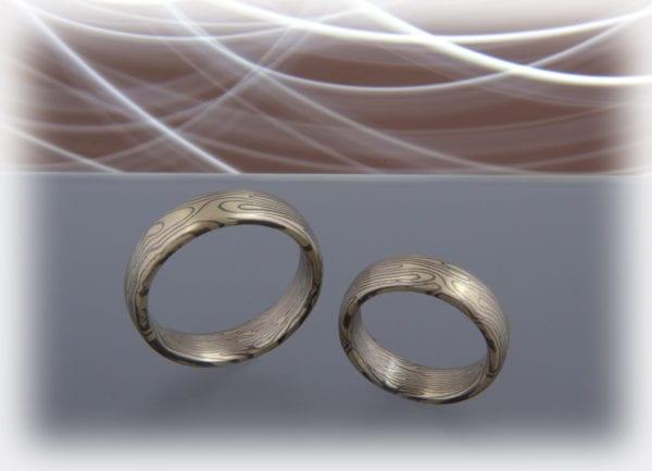 Spiegelbildliche Mokume Gane Ringe in Grüngold 585 und Palladium 500