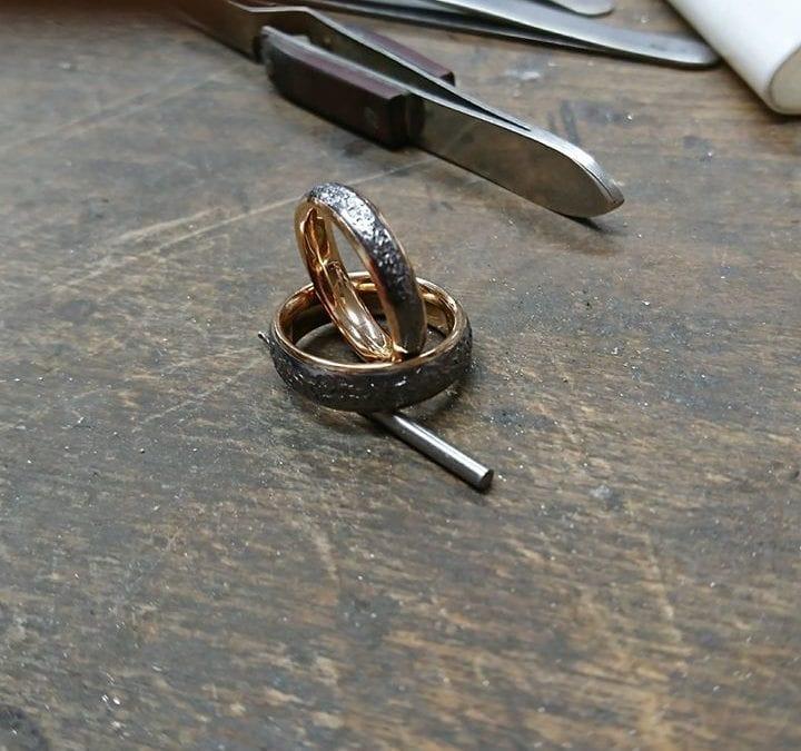 Schmiederinge aus Tantal mit innenring aus Rotgold.