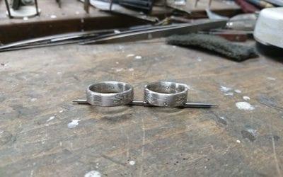 Spiegelbildliche Mokume Gane Ringe in Palladium 500 und Schneesilber 960.