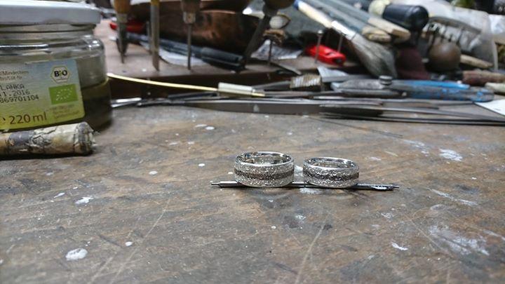 Diese schönen Schmiederinge sind heute bei einem Trauringschmiedekurs in meiner Goldschmiede entstanden.