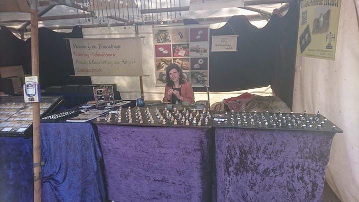 Meine liebe Frau und beste Mitarbeiterin an meinem Marktstand in Selb auf dem Festival Mediaval arbeitet jetzt für mich, so daß ich der Goldbergpredigt von Markus van Langen beiwohnen kann.