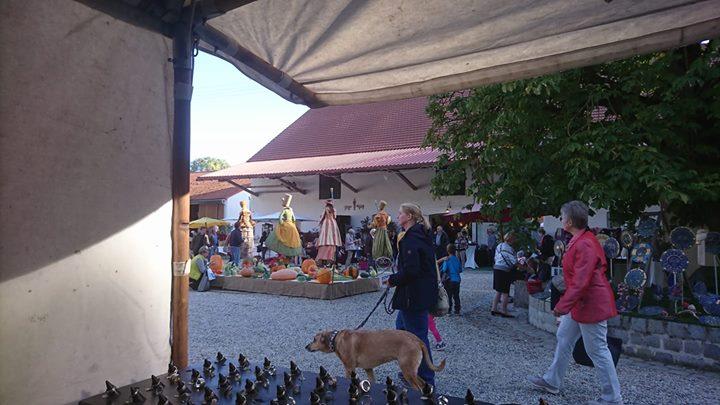 Ein Blick auf die Stelzer aus meinem Marktstand beim Kürbisfest auf dem Hofgut Sigertshofen bei Dachau. Morgen sind wir nochmal für Euch Da bei herlichem Wetter.