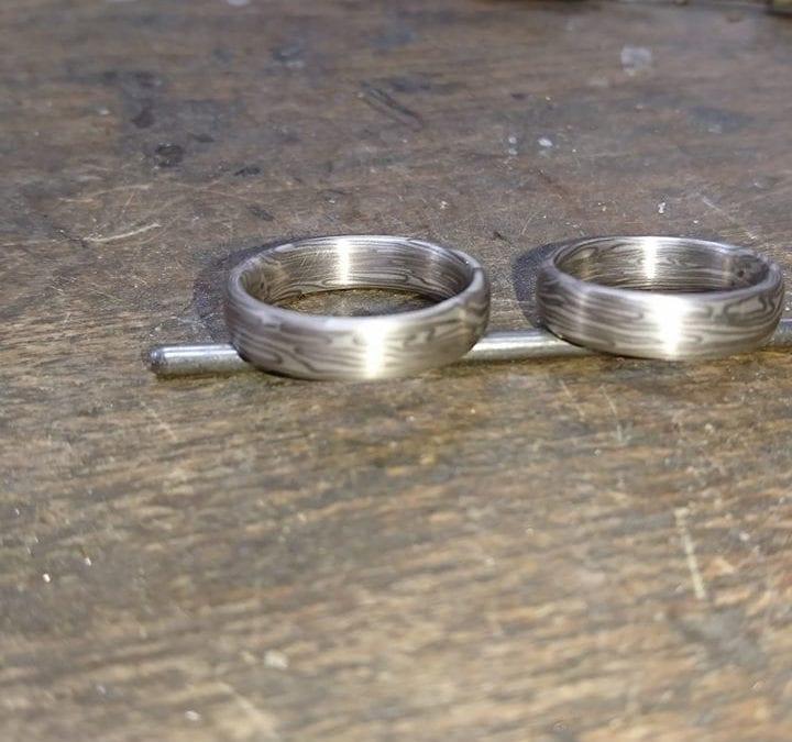 Spiegelbildlich geschmiedete Mokume Gane Ringe in Palladium und Silber.