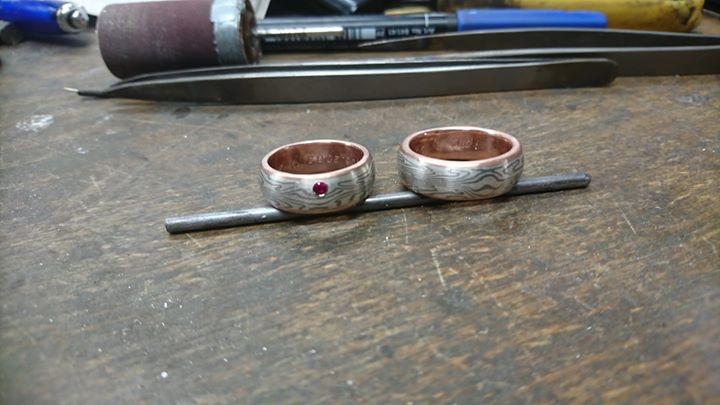 Gestern haben wir nach drei Jahren, einen Rubin in den Damenring der beiden spiegelbildlichen Mokume Gane Ringe eingearbeitet. Material Schneesilber 960 und Palladium 375 mit einem innenring aus Rotgold 585.