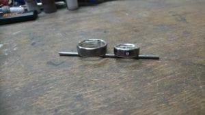Schmiederinge aus Tantal mit innenring aus Schneesilber 935.Im Damenring ist ein Brillant eingearbeitet