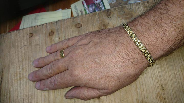 Heute habe ich Euch ein Garibaldiarmband in Gelbgold 750. Der Trauring am Finger des Kunden passt sehr gut zu zum Armband.