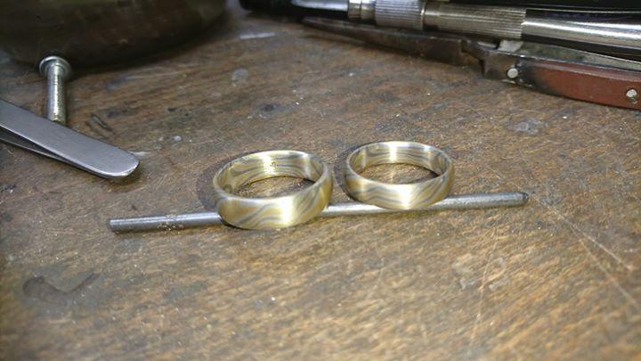 Mokume Gane Ringe in Gelbgold 917, Platinweißgold 375 und Platinschneesilber 935.