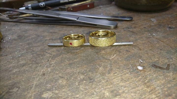 Handgeschmiedete Ringe in Gelbgold 750 mit unterschidlicher Schmiedestrucktur sind heute im Adventskalender . Im Damenring ist ein Rubin eingearbeit.