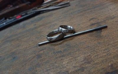 Mokume Gane Ringe in Palladium 375 und Schneesilber 960 mit drei Brillanten.