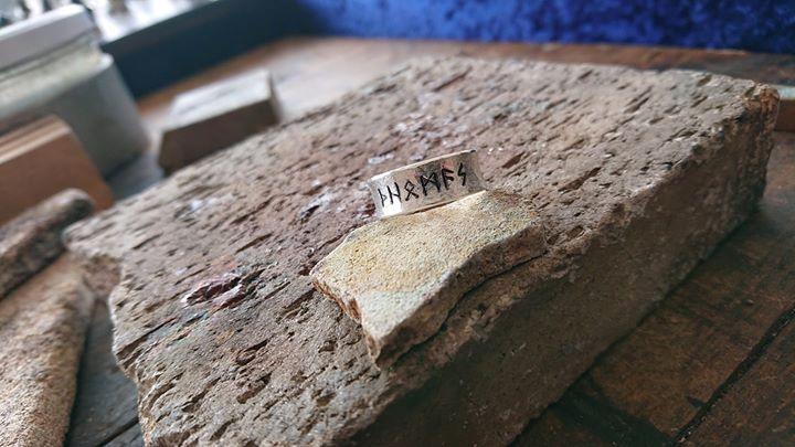 Dieser Runenring wird dieses Wochenende in Halbergmoos auf dem Mittelaltermarkt abgeholt. Dort können mir die Marktbesucher beim Mokume Gane Ringe schmieden zusehen. Ich freue mich auf Euer Kommen.